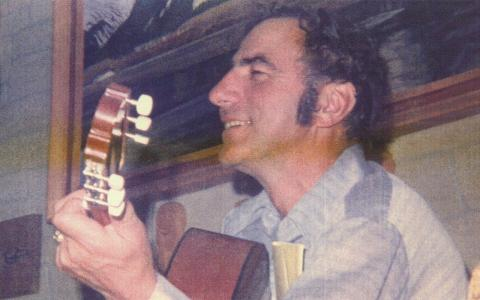 Beim Gitarre spielen